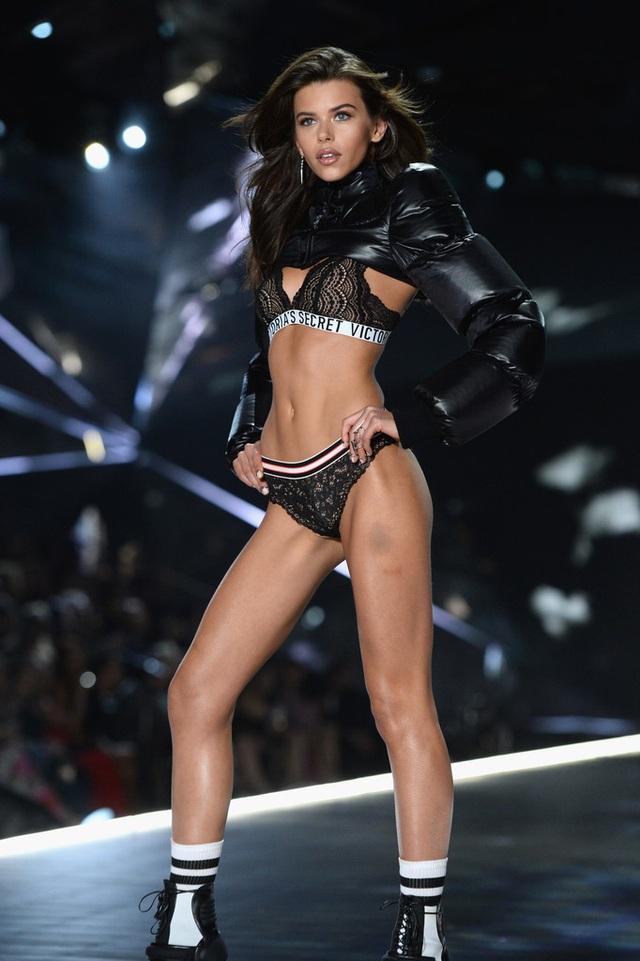 Siêu mẫu Georgia Fowler nổi bật trên bãi biển khi diện bikini gợi cảm - 7