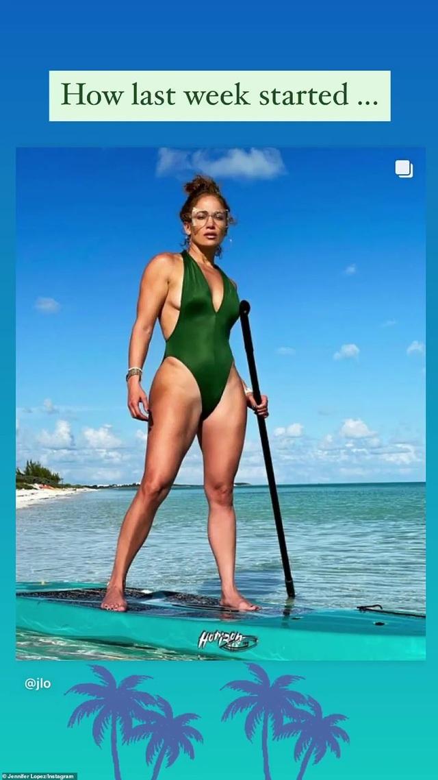 Jennifer Lopez khoe cơ bụng săn chắc ở tuổi 51 - 6