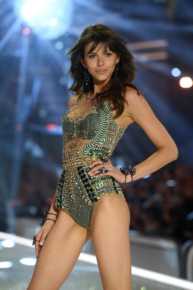 Siêu mẫu Georgia Fowler nổi bật trên bãi biển khi diện bikini gợi cảm - 6