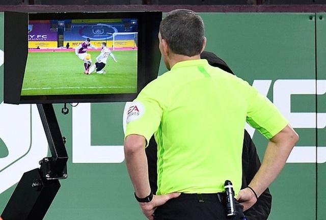Tranh cãi lớn về việc Man Utd thoát thẻ đỏ và phạt đền - 3