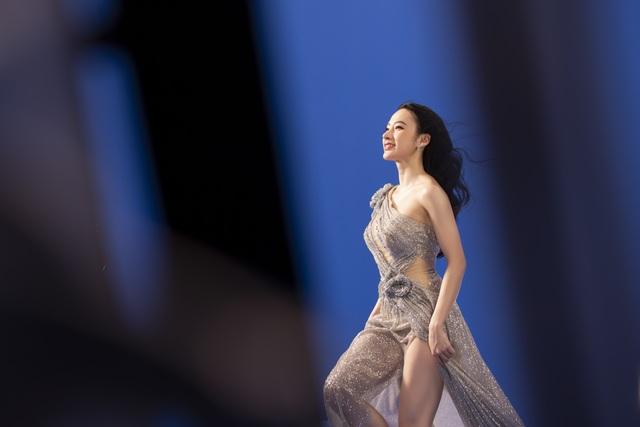 Angela Phương Trinh mặc áo yếm, ngực lấp ló khoe nhan sắc gây sốt - 6