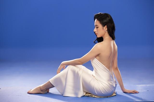 Angela Phương Trinh mặc áo yếm, ngực lấp ló khoe nhan sắc gây sốt - 4