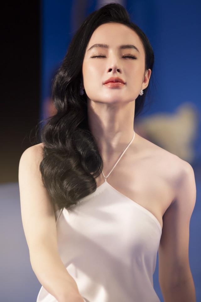 Angela Phương Trinh mặc áo yếm, ngực lấp ló khoe nhan sắc gây sốt - 2