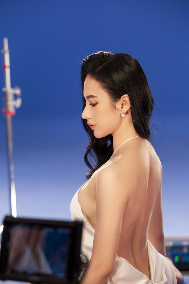 Angela Phương Trinh mặc áo yếm, ngực lấp ló khoe nhan sắc gây sốt - 3
