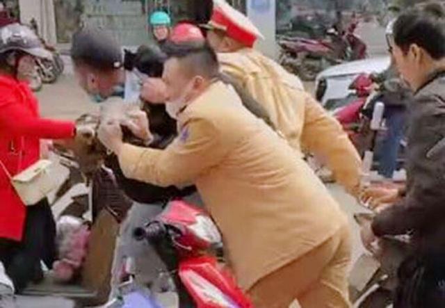 Cảnh sát giao thông vây bắt đối tượng bán vàng giả - 1