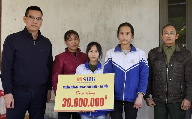 Ngân hàng SHB giúp đỡ 2 chị em mồ côi 30 triệu đồng thông qua báo Dân trí - 1