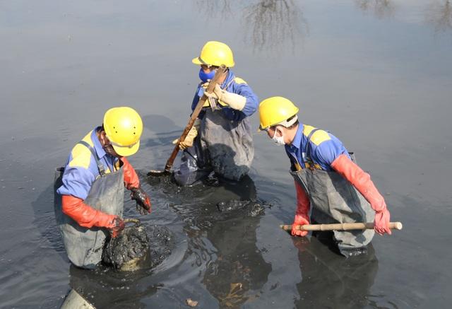 Hà Nội: Rét 9 độ C, công nhân thoát nước chìm trong nước thải buốt lạnh - 14