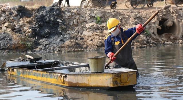 Hà Nội: Rét 9 độ C, công nhân thoát nước chìm trong nước thải buốt lạnh - 16