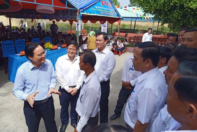 Bộ trưởng GDĐT trao quà Điều ước cho em tới học sinh Bạc Liêu - 2