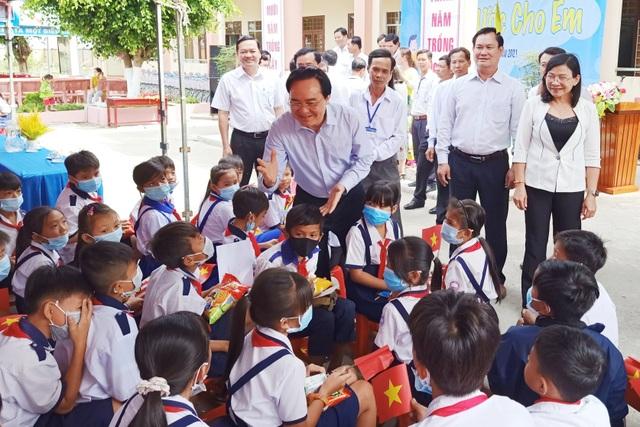 Bộ trưởng GDĐT trao quà Điều ước cho em tới học sinh Bạc Liêu - 3