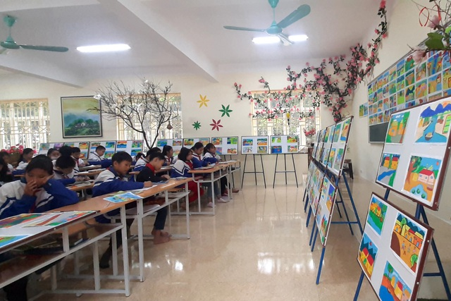 Thầy giáo trẻ Thanh Hóa truyền tình yêu đất nước tới học trò bằng tranh vẽ - 1
