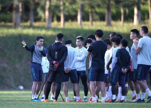 Kiatisuk: Tôi hiểu lý do bầu Đức không đặt mục tiêu vô địch V-League - 2