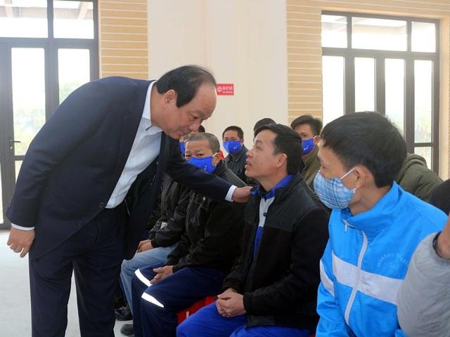 Bộ trưởng, Chủ nhiệm Văn phòng Chính phủ tặng quà cho người lao động - 1