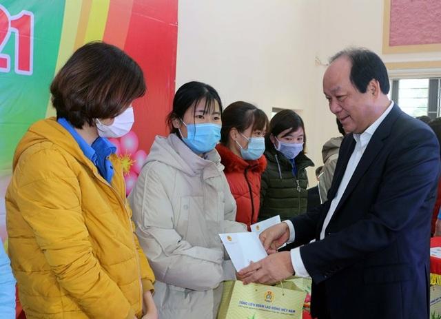 Bộ trưởng, Chủ nhiệm Văn phòng Chính phủ tặng quà cho người lao động - 2