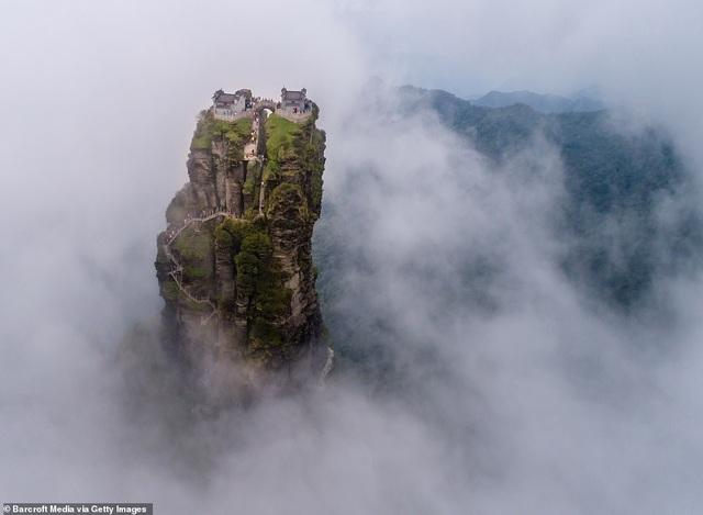 Ngôi đền đôi kỳ lạ nằm trên đỉnh núi cao 2.300 mét so với mực nước biển - 7