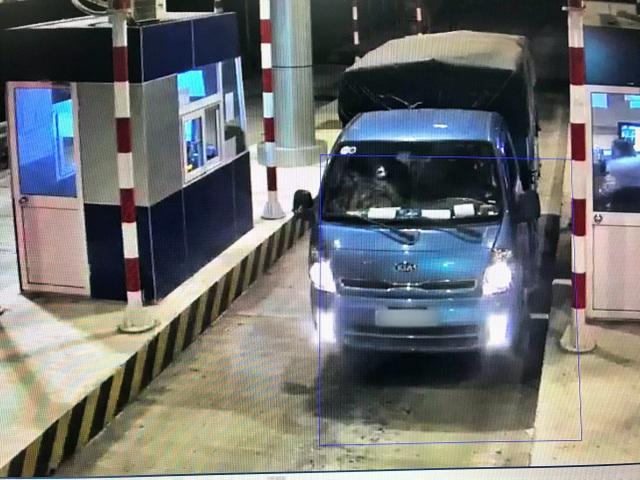 Hàng loạt ô tô bị ném đá vỡ kính trên cao tốc - 2