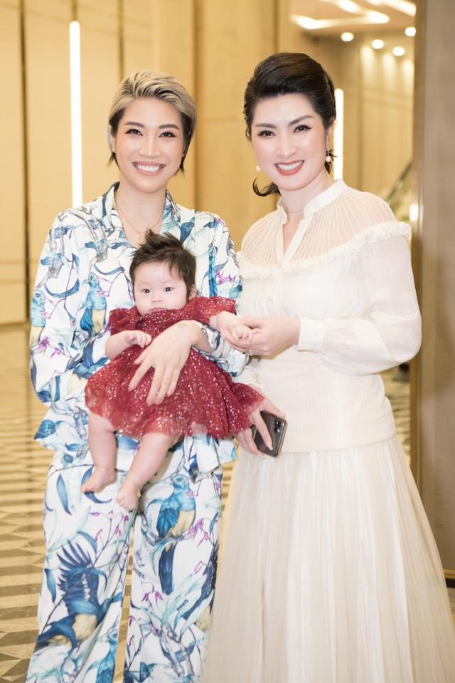 Pha Lê ẵm con 2 tháng tuổi ủng hộ Quang Hà và Kiwi Ngô Mai Trang - 2