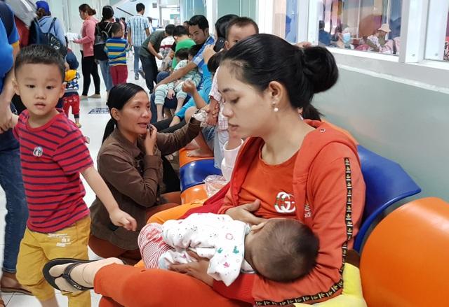 Mẹ sính sữa ngoại sang chảnh con uống vào đi cầu ra máu - 2
