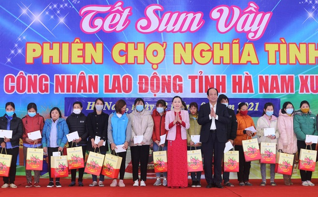 Bộ trưởng, Chủ nhiệm Văn phòng Chính phủ tặng quà cho người lao động - 3