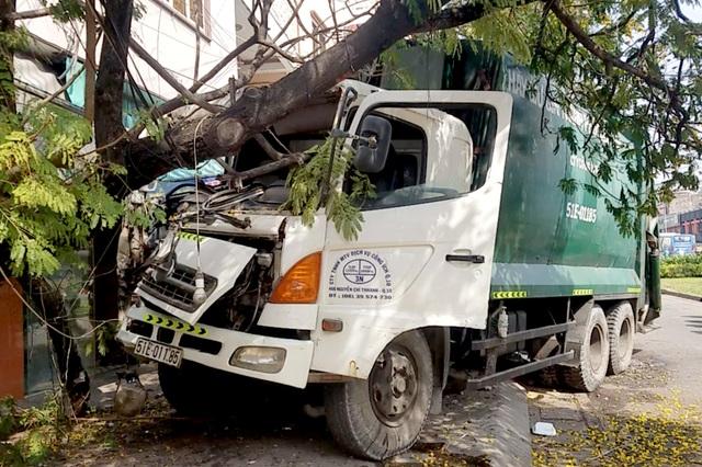 Xe rác mất phanh, tài xế 2 lần tông cây xanh để tránh người đi đường - 1