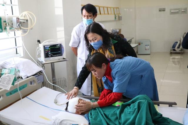 Bộ trưởng Đào Ngọc Dung thăm hỏi, tặng quà cháu bé bị cha chém ở Đắk Lắk - 4