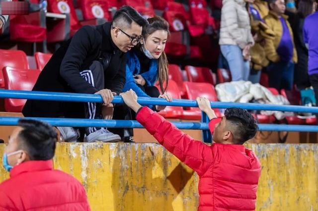 Huyền My nổi bần bật trên báo Thái Lan khi đến sân Hàng Đẫy xem bóng đá - 4
