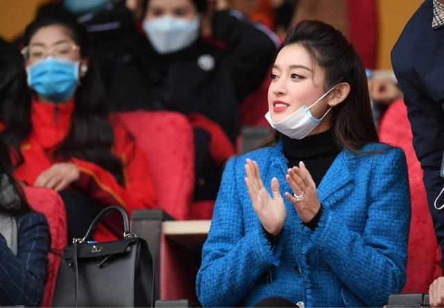 Huyền My nổi bần bật trên báo Thái Lan khi đến sân Hàng Đẫy xem bóng đá - 1