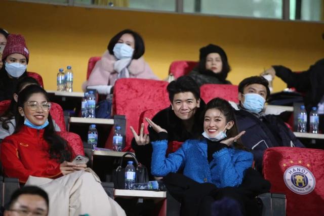 Huyền My nổi bần bật trên báo Thái Lan khi đến sân Hàng Đẫy xem bóng đá - 3