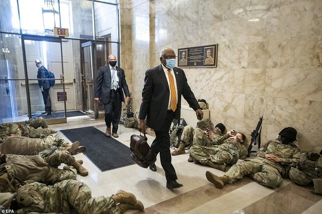 Hàng trăm vệ binh ngủ trên sàn nhà quốc hội Mỹ - 1