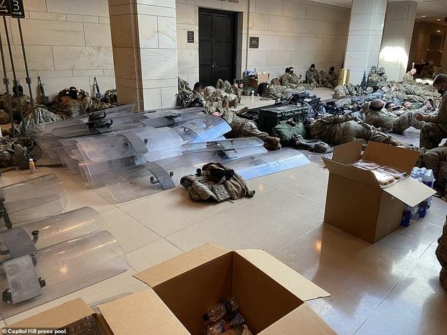 Hàng trăm vệ binh ngủ trên sàn nhà quốc hội Mỹ - 7