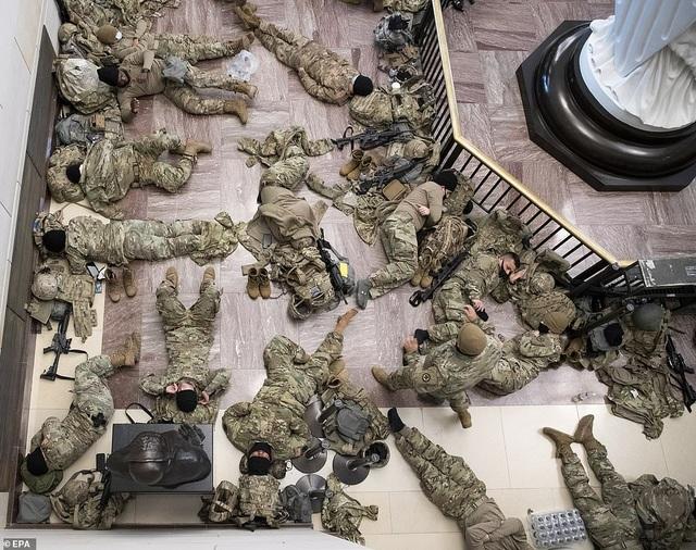 Hàng trăm vệ binh ngủ trên sàn nhà quốc hội Mỹ - 9