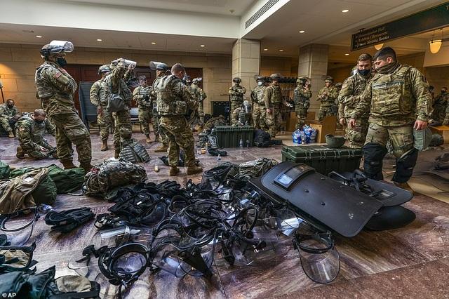 Hàng trăm vệ binh ngủ trên sàn nhà quốc hội Mỹ - 2