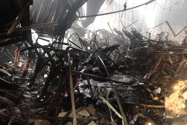 Hàng chục chiếc xe máy mới cháy trơ khung - 1