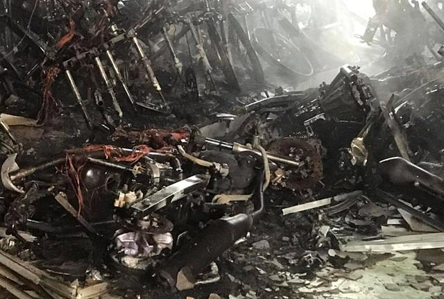 Hàng chục chiếc xe máy mới cháy trơ khung - 3