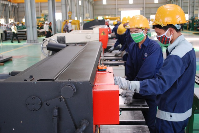 Covid-19 khiến lương công nhân trong năm 2020 giảm gần 6% - 1