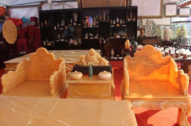 Chiêm ngưỡng bộ bàn ghế khủng bằng ngọc quý ở Ninh Bình - 5