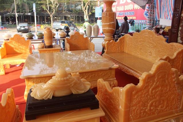 Chiêm ngưỡng bộ bàn ghế khủng bằng ngọc quý ở Ninh Bình - 8