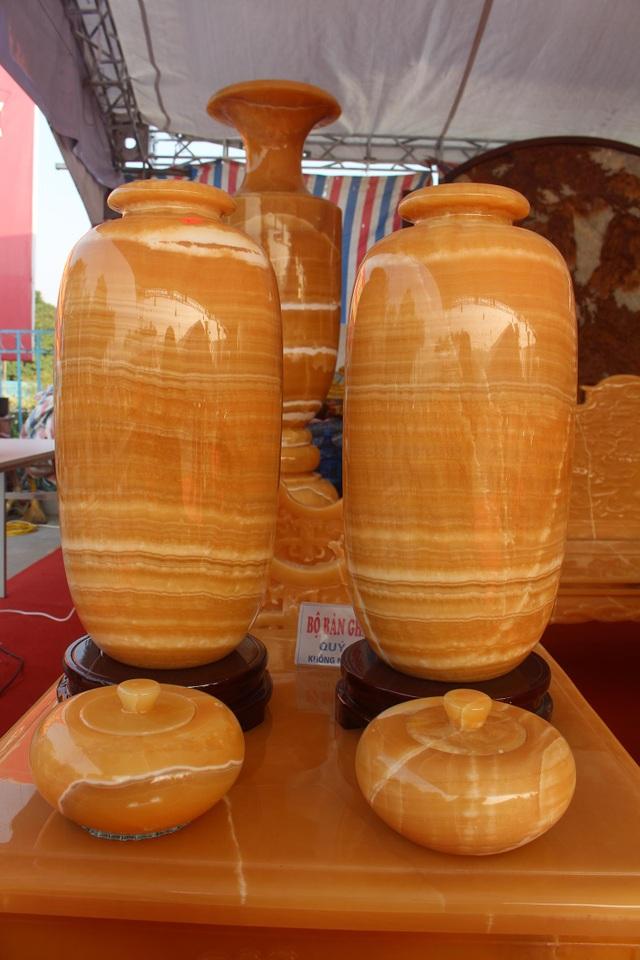 Chiêm ngưỡng bộ bàn ghế khủng bằng ngọc quý ở Ninh Bình - 9