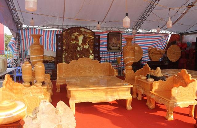 Chiêm ngưỡng bộ bàn ghế khủng bằng ngọc quý ở Ninh Bình - 1