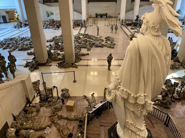 Hàng trăm vệ binh ngủ trên sàn nhà quốc hội Mỹ - 6