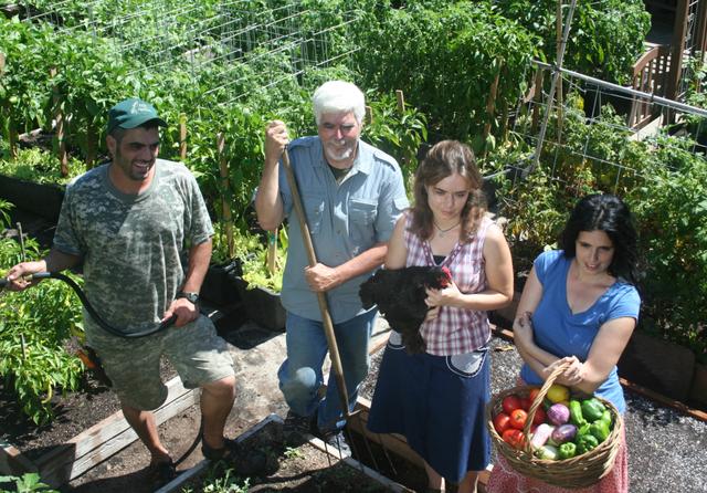 Gia đình biến vườn nhỏ thành nông trại, mỗi năm thu về cả tấn rau - 9