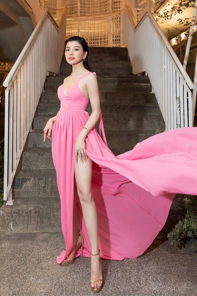 Mia Mai diện váy lụa xẻ cao khoe chân dài - 5