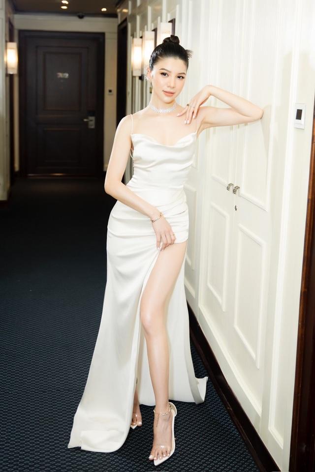 Mia Mai diện váy lụa xẻ cao khoe chân dài - 4