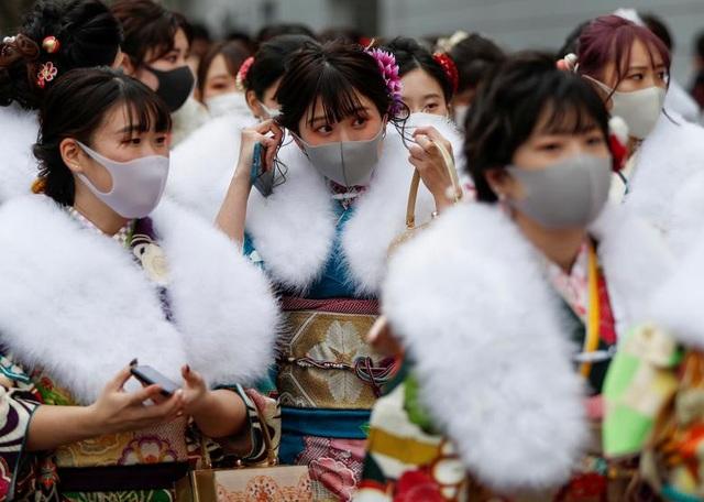 Giới trẻ Nhật Bản đeo khẩu trang dự lễ trưởng thành giữa dịch Covid-19 - 1
