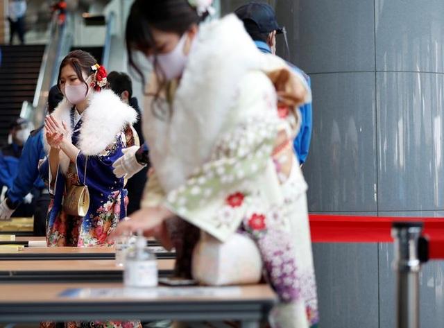 Giới trẻ Nhật Bản đeo khẩu trang dự lễ trưởng thành giữa dịch Covid-19 - 11