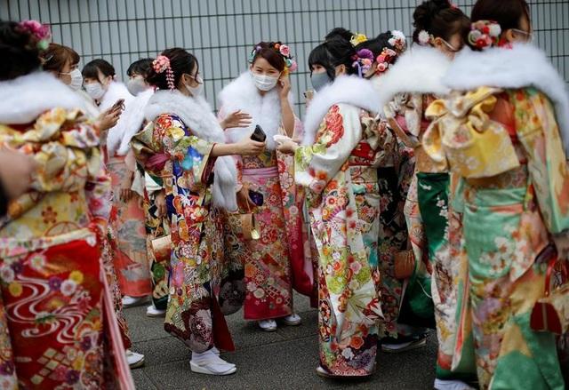 Giới trẻ Nhật Bản đeo khẩu trang dự lễ trưởng thành giữa dịch Covid-19 - 13