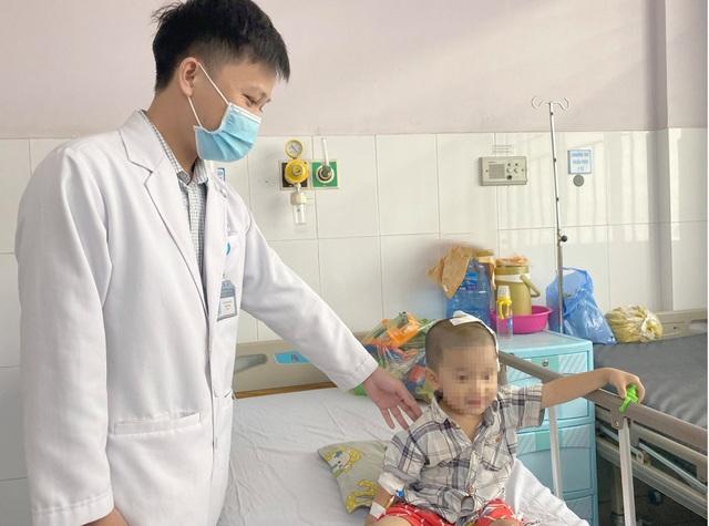 Cậu bé 2 tuổi bị lõm hộp sọ vì tai nạn nguy hiểm thường gặp - 2
