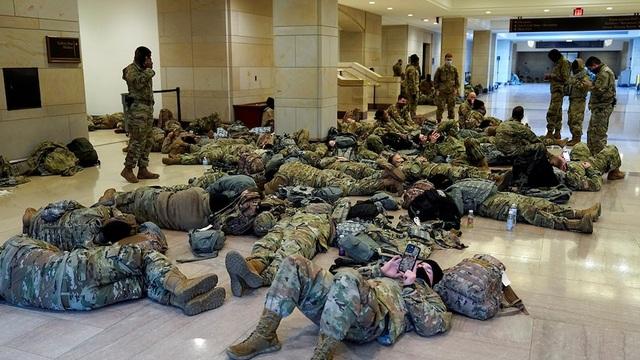 Hàng trăm vệ binh ngủ trên sàn nhà quốc hội Mỹ - 5