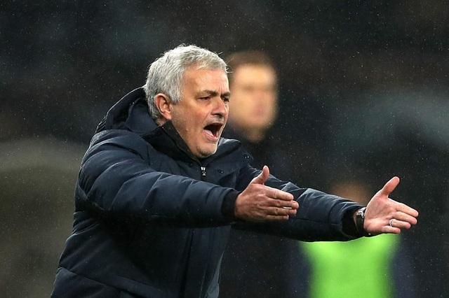 Tottenham liên tiếp đánh rơi vàng, HLV Mourinho tức điên - 1