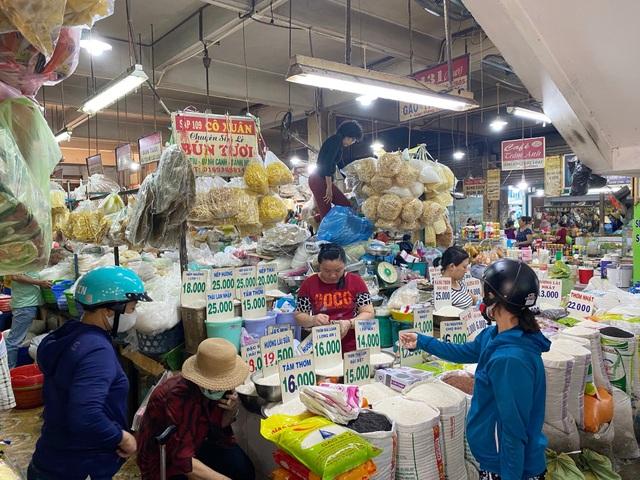TPHCM giảm 50% giá thuê sạp: Tiểu thương các chợ vẫn mù thông tin - 1